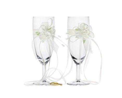Champagneglas med roser og vielsesringe