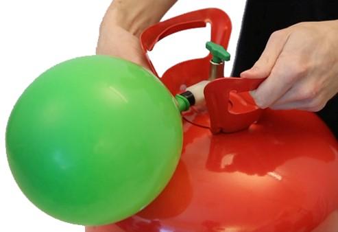 • Tryk den SORTE dyse forsigtigt ned eller til siden for at puste helium ind i ballonen